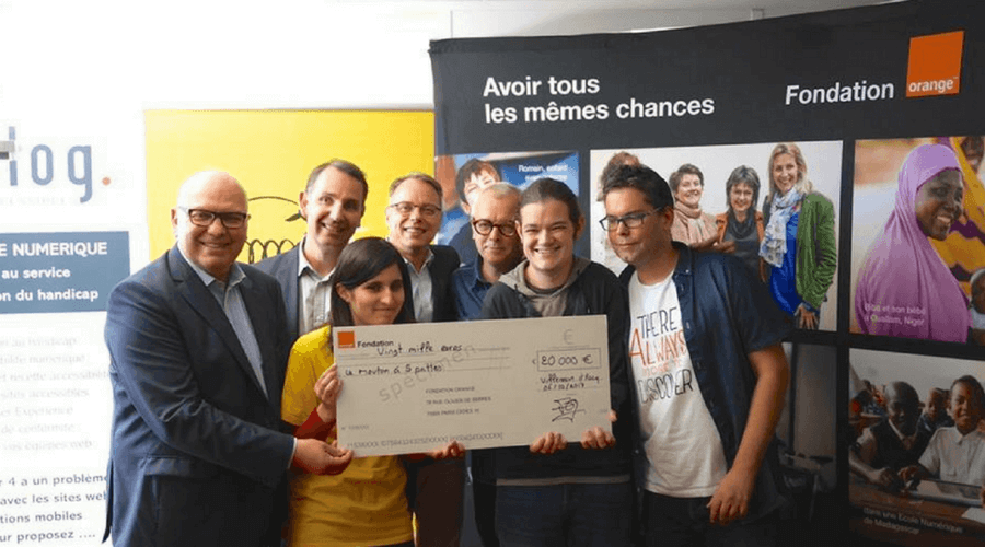 fondation orange remettant le chèque au MA5P
